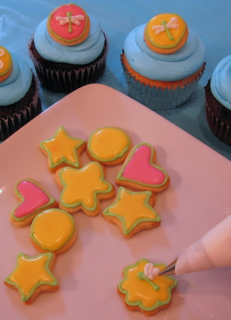 Mini frog cake tutorial by MyCakeSchool.com! Makes an adorable cake topper! Free tutorial.