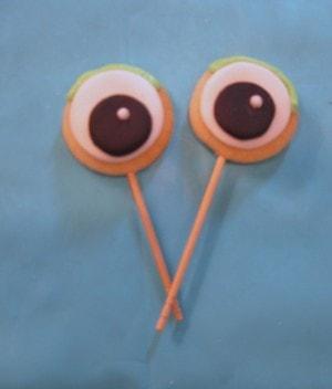 Adorable mini frog cake tutorial by MyCakeSchool.com! Makes a perfect cake topper! Free tutorial.