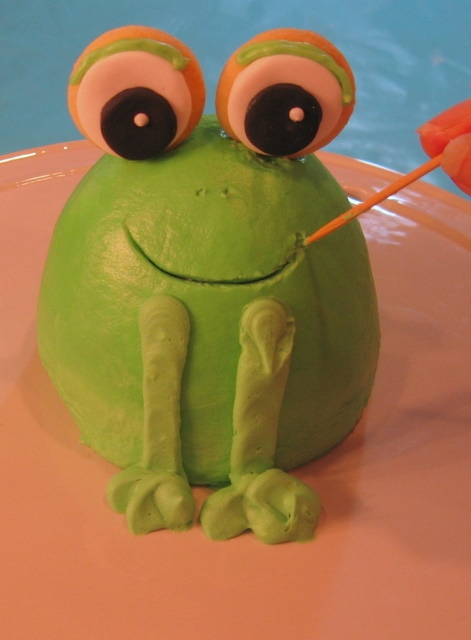 The cutest mini frog cake tutorial by MyCakeSchool.com! Perfect frog cake topper! Free tutorial.
