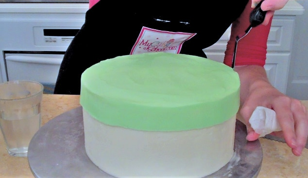 Free Tutorial! How to make a hat box cake with a frosted lid. MyCakeSchool.com.