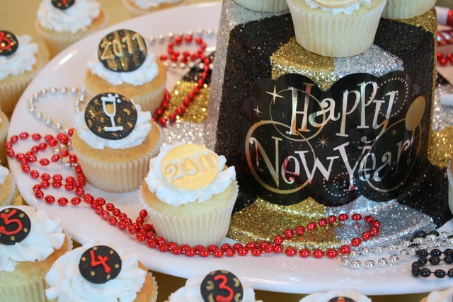 These Happy New Year Cupcakes are so festive and fun! Free cupcake tutorial! Perfect for New Year's celebrations!