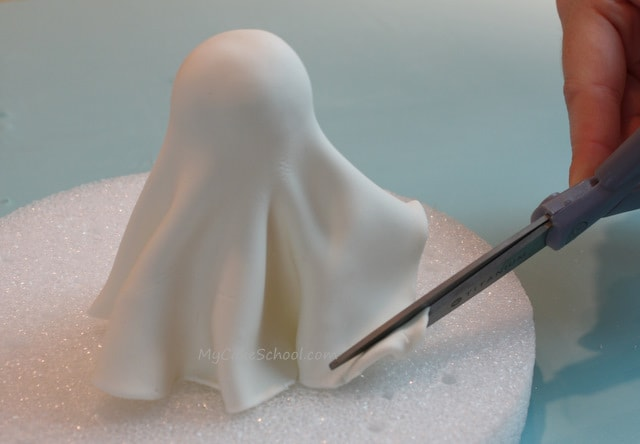 This Ghost Cake Topper Tutorial by MyCakeSchool.com is SO cute and simple! Free Cake Tutorial!