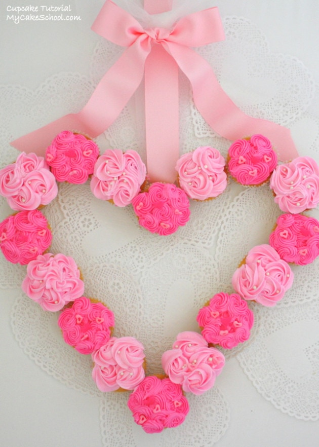An adorable cupcake wreath design for Valentine's Day! Tutorial by My Cake School.