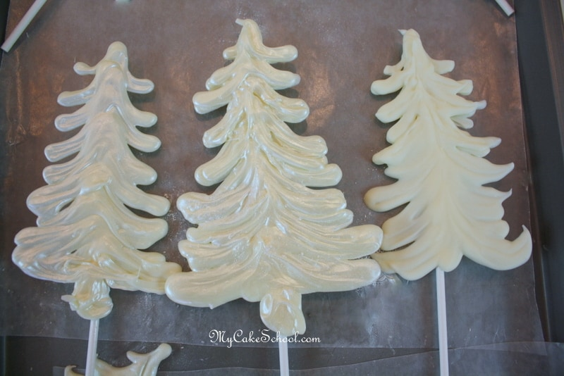 This elegant winter wonderland cake tutorial is so simple and perfect for winter and Christmas parties!
