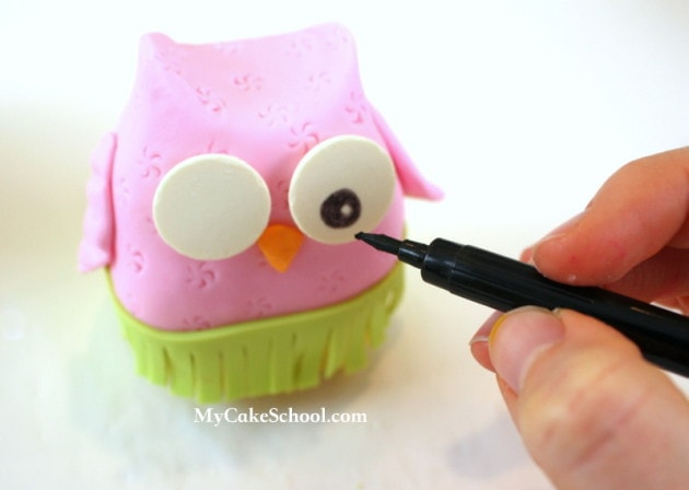 So CUTE! Free Hula Owl Cake Topper Tutorial by MyCakeSchool.com! Perfect for luau or pool parties!