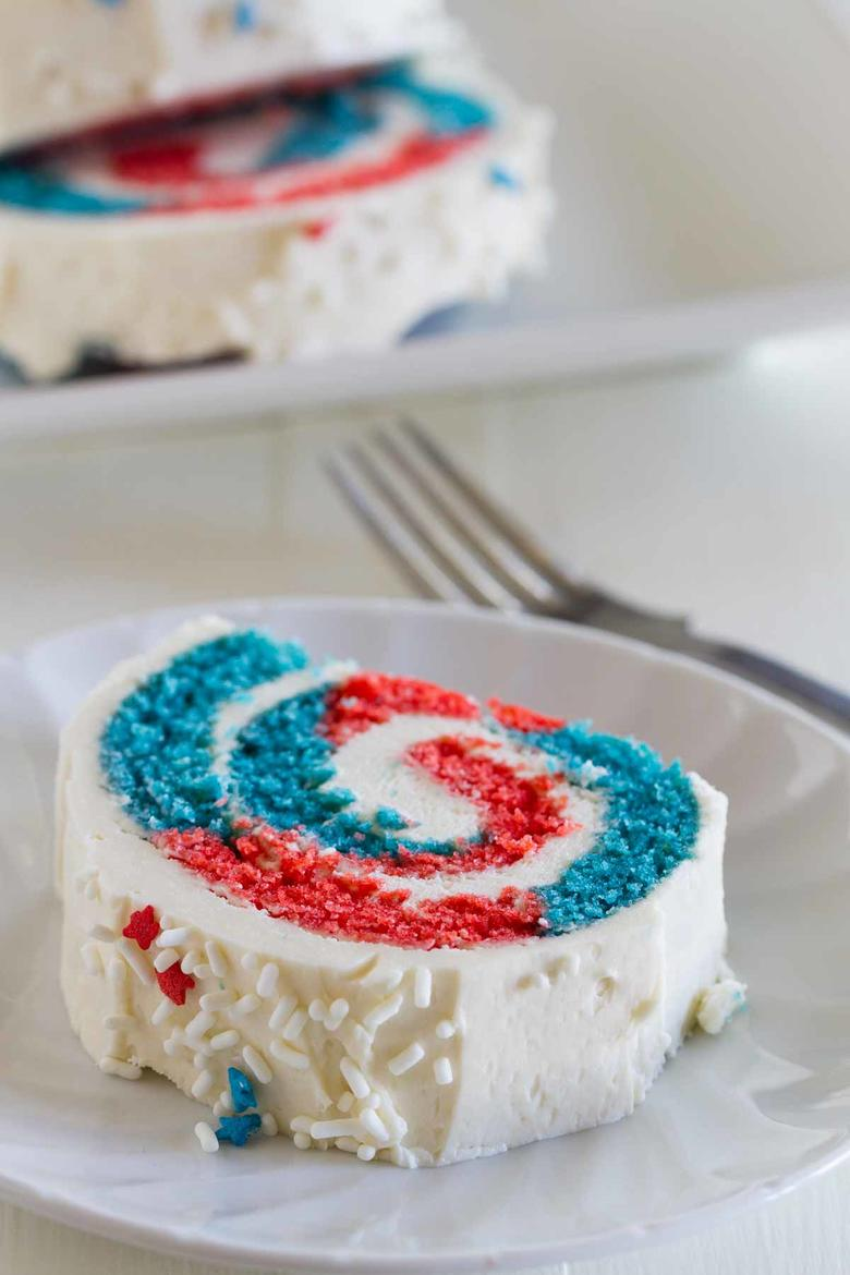 LOVE this July 4th Cake Roll by Taste and Tell as featured on MyCakeSchool.com's Patriotic Cake Roundup!