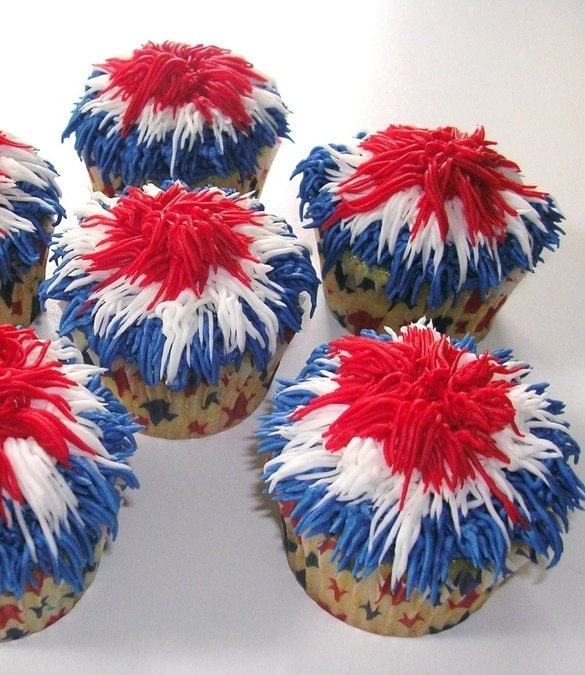 Patriotic Firecracker Cupcakes via What2Cook.net as featured on MyCakeSchool.com's July 4th Cake Roundup!
